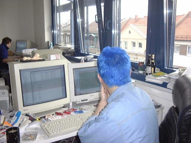 Vor dem Monitor die drei K für den Techniker: Kaffee, Kippen und KitKat. Man sieht: Damals durfte in Büros noch geraucht werden. Und das Windows war nur emuliert, ich schwör' :)